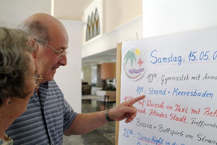 Senioren lesen Reiseprogramm